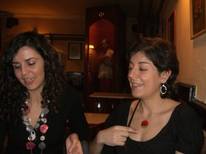 Dos amigas charlan ante la mirada del monaguillo