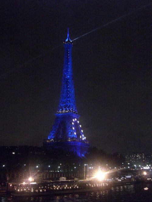 La Torre Eiffel más europea que nunca