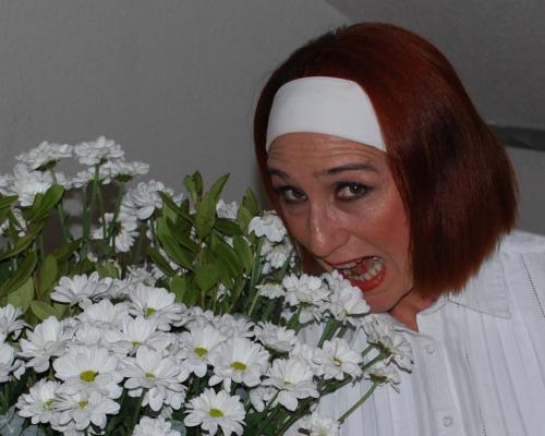Gracia bromea con un ramo de margaritas