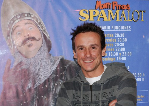Víctor Ullate posa junto a un cartel con la fotografía de Fernando Gil, compañeros en Spamalot